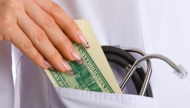 Mai multe cadre medicale de la Spitalul Judeţean Vaslui sunt acuzate de fapte de corupţie şi fals după ce un medic ginecolog a fost prins în flagrant