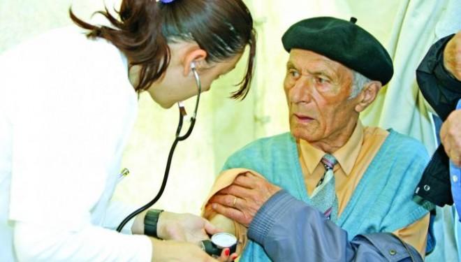 Bătrânii nimănui. Firmele care oferă îngrijire la domiciliu nu ajung la vârstnicii de la sate