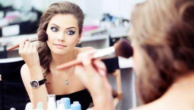 Cum le afecteaza pe femei chimicalele din cosmetice? Un studiu amplu dezvaluie o corelatie alarmanta