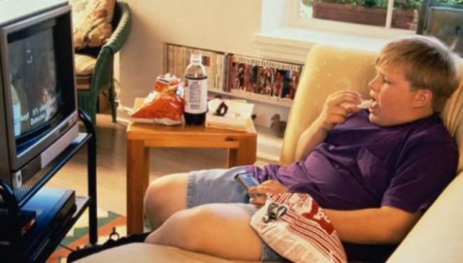 Mancatul in fata televizorului si calculatorului e un factor major in multe cazuri de obezitate