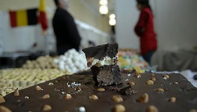 Putina ciocolata neagra poate fi benefica pentru sanatate, dar nu si pentru silueta, sustin nutrionistii