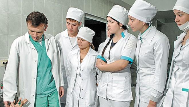 Voluntari sau angajați? Cum își bate joc statul de medicii rezidenți în problema gărzilor neplătite?