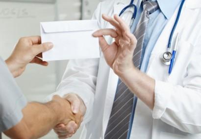 Medic chirurg din Târgu Mureș, condamnat la 2 ani de închisoare cu suspendare pentru luare de mită