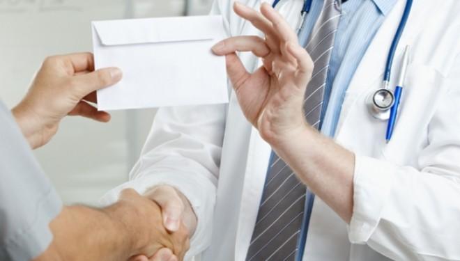 A inceput vanatoarea de medici: Medic ortoped de la Spitalul Judeţean Braşov, reţinut pentru luare de mită