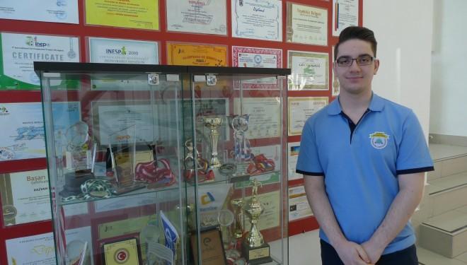 GENIU la 18 ani! Un elev roman a inventat un program de detectare a cancerului