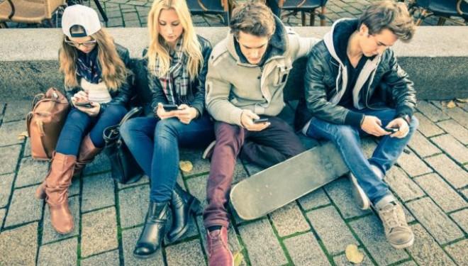 O noua boala a tinerilor: cocoasa data de smartphone sau de tableta. Cum apare si cum o prevenim – explicatia medicilor
