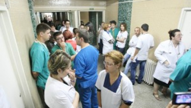 VIDEO Protest la Spitalul Judetean Satu Mare. Medicii spun ca lipsesc medicamente de baza, cum ar fi cele pentru oprirea sangerarilor sau antibioticele