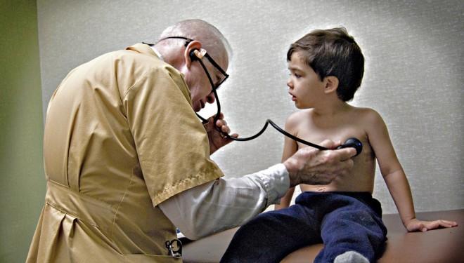 În ce condiţii îşi poate continua activitatea un medic după pensionare