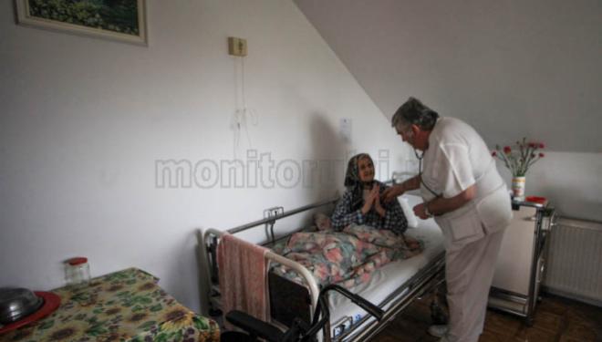 De 22 de ani, un clujean a lăsat la o parte medicina din spitalele de stat, a refuzat munca în străinătate şi are grijă de vârstnici pentru a le da oferi o bătrâneţe demnă.