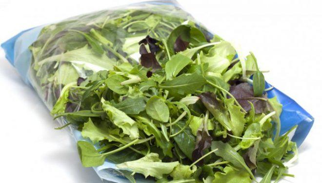 Adevărul şocant despre salata la pungă. Te poţi îmbolnăvi grav! Uite de ce!