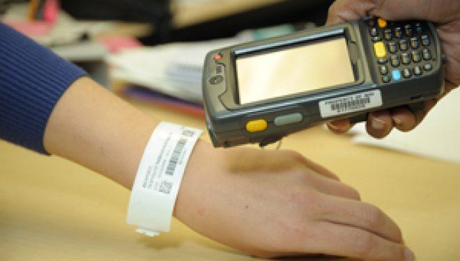 Premieră în sistemul medical românesc: brățări cu cod de bare