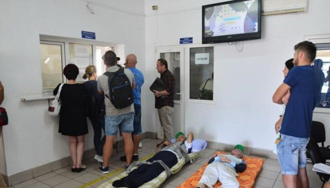 Scandal uriaş la CAS Bihor, după ce patru bolnavi au fost aduşi pe targă la sediul instituţiei, şi lăsaţi pe jos.