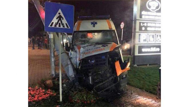 Un medic şi o asistentă, răniţi după ce ambulanţa în care se aflau a fost implicată într-un accident