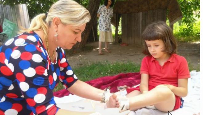 """Asistenta medicală """"eroină"""", care a reuşit să vaccineze 99% dintre copiii din 14 sate. """"Am mame care mă sună pentru orice"""""""