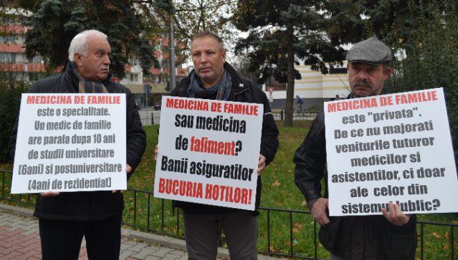Medicii de familie din Bistrita au pichetat sediile prefecturilor