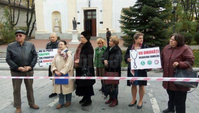 Medici de familie au pichetat sediul CAS și Prefectura Suceava