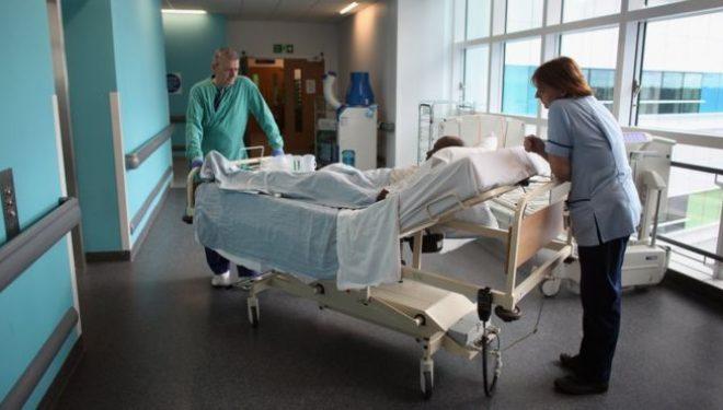"""Medicii britanici îi solicită Theresei May să ia măsuri pentru ca pacienţii """"să nu mai moară pe holurile spitalelor"""""""