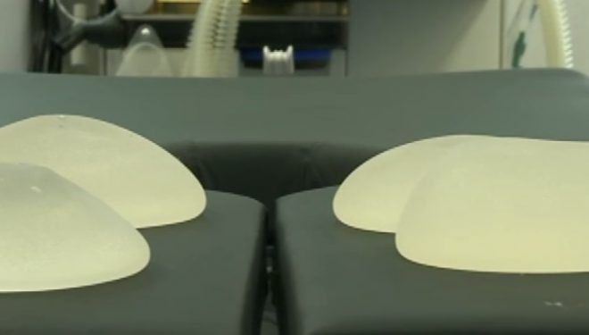 Avertisment pentru chirurgii plasticieni. Implanturile mamare pot provoca o formă rară de cancer