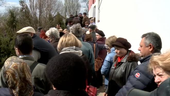 Scandal în fața unei clinici private din Galați, pentru analize gratuite