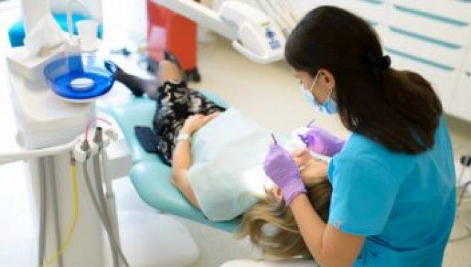 """Stomatolog: """"Dinţii frontali reprezintă principalul suport pentru buze"""""""