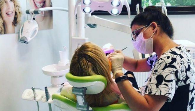 """""""Copiii care au o sănătate orală precară absentează de la şcoală de trei ori mai mult decât colegii lor"""". Când trebuie programaţi cei mici la dentist"""