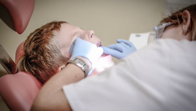 Fluorul este esenţial pentru sănătatea dinţilor. Ce păţim dacă înghiţim zi de zi pastile cu fluor