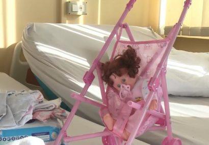 O fetiţă din Arad, obligată să rămână în spital, deşi putea fi externată. Drama unui copil pentru care statul nu a găsit soluţii