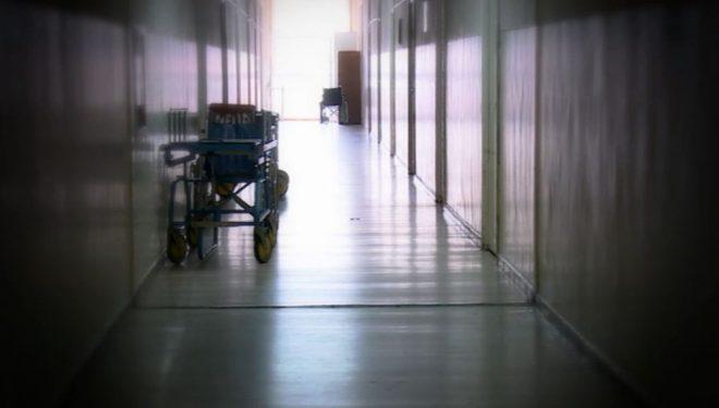 Bărbat târât pe hol şi dat afară cu mătura din Spitalul din Reşiţa. Conducerea face anchetă