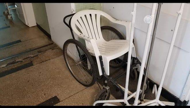 Scaun de cârciumă pe post de cărucior cu rotile, la Spitalul de Urgență Craiova