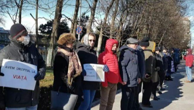 Lanț uman în fața Spitalului Județean Constanța, în semn de protest față de decesul femeii care a așteptat 16 ore pe hol