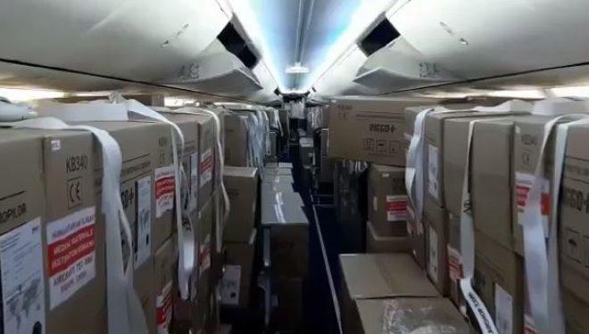 VIDEO | O aeronavă TAROM a adus 200.000 de măști din China. Piloții, în izolare obligatorie după o cursă în premieră