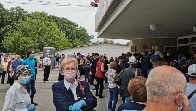 VIDEO. Coadă uriașă la Institutul Oncologic. Zeci de pacienți au așteptat în curtea spitalului să intre la consultație sau tratament