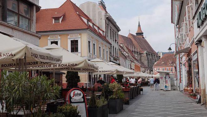 Masca de protecție devine obligatorie în piețele și pe străzile pietonale din Brașov