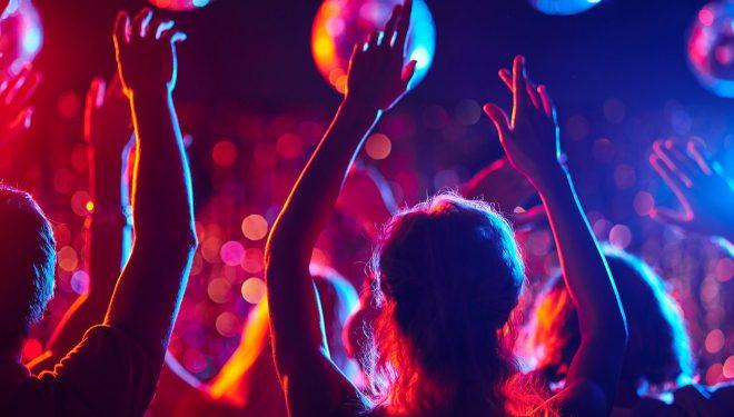 OMS, îndemn către tineri să păstreze distanțarea socială: Chiar e nevoie să mergeţi la petreceri?