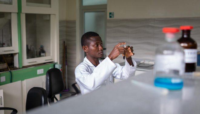 OMS a aprobat testarea unor produse africane bazate pe ierburi medicinale în tratarea noului coronavirus