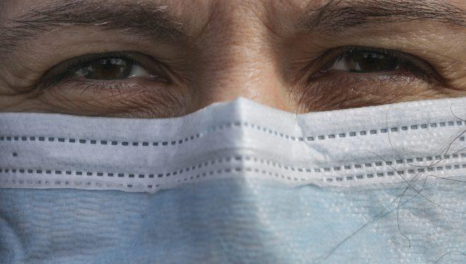 Sunt vaccinat împotriva Covid, dar am intrat în contact direct cu o persoană infectată. Intru sau nu în carantină?