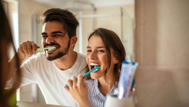 Stomatolog: De ce este greşit să ne spălăm pe dinţi imediat după masă