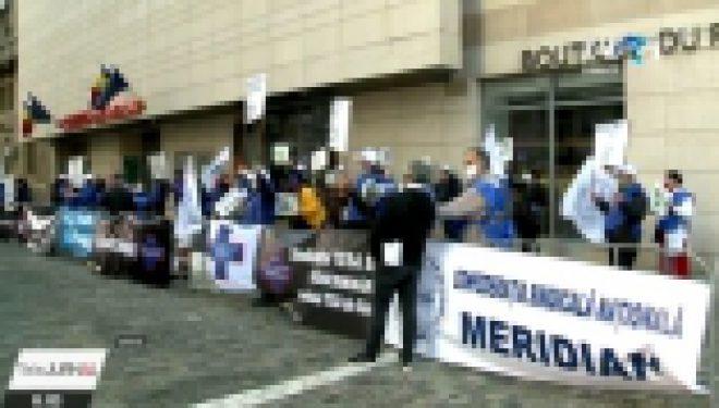 Angajații din sănătate protestează, astăzi, în faţa sediului Guvernului şi a Prefecturilor. Ei cer mărirea salariilor de bază