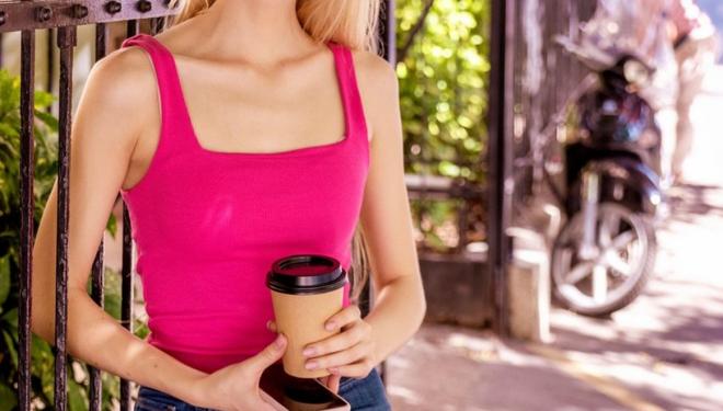 E bine să bem cafea sau bere pe caniculă? Ce spun medicii